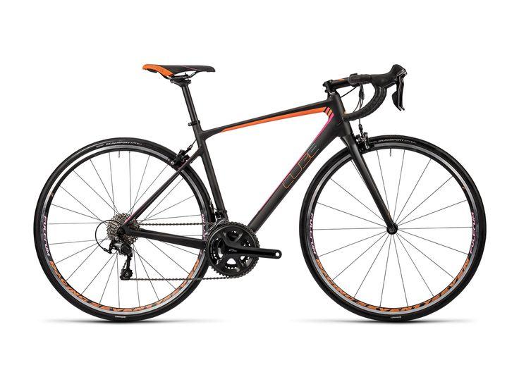 Das hochsportliche Gesamtpaket aus einem Top-Carbon-Rahmen, der exklusiven Shimano 105 Komplettgruppe und Fulcrum Racing 77 Laufrädern garantiert der Fahrerin des Cube GTC Pro höchste Performance auf zahllosen Straßenkilometern im Speedrausch. #rennrad #bikerboarder
