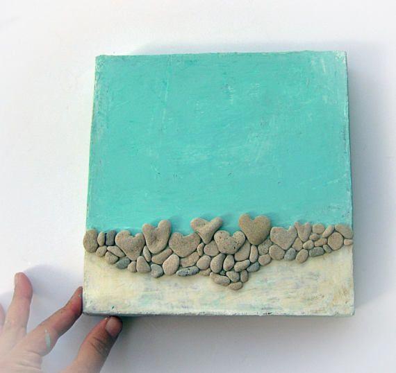 lamore è una spiaggia  Dimensione: ~ 8 * 8 pollici / 20 * 20cm Colore: turchese e giallo dorato  Si tratta di una tecnica mista funziona - acrilico su tela, e la spiaggia a forma di cuore genuino... rocce incollati ad esso. Le rocce sono 100% naturali. La loro dimensione è ~ 0,5 pollici di lunghezza.  Trovo e prenderli dalla riva del Mar Mediterraneo in Israele.  PRONTO DA APPENDERE! QUELLO CHE VEDETE È CHE COSA OTTENETE CONFEZIONE REGALO  Questo è un grande dono per il matrimonio, compl...