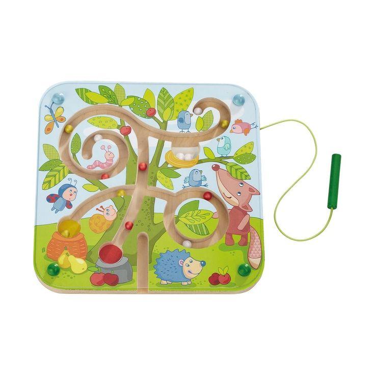 Dřevěný labyrint s kuličkami třech barev, které je třeba pomocí hůlky s magnetem provést cestičkami do správného košíku s ovocem nebo ptačího hnízda, vždy podle shodné barvy.