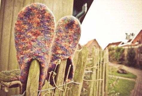 Filzpantoffeln stricken ist ganz leicht. Eine Anleitung für die beliebten Schuhe aus Filzwolle zum selber stricken.
