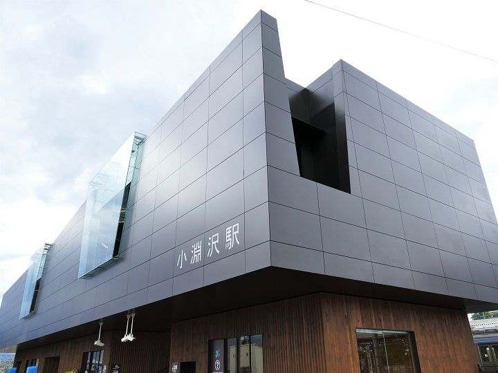 JR東日本八王子支社と山梨県北杜市は3日、中央本線・小淵沢駅の新駅舎の営業を開始した。再生可能エネルギーや省エネなどの環境技術を導入した「エコステ」モデル駅と…