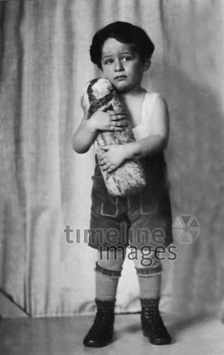 Ein kleiner Junge umklammert einen Laib Brot ullstein bild - ullstein bild/Timeline Images #Junge #Brot #Laib #halten #klein