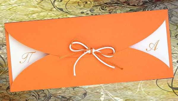 Μακρόστενο προσκλητήριο κατασκευασμένο από Πορτοκαλί χαρτί. Στο εσωτερικό το κείμενο είναι τυπωμένο σε κάρτα από το ίδιο υλικό (γκοφρέ ματ χαρτί) σε χρώμα Αβόριο.  Η κάρτα με το κείμενο είναι συρόμενη.  Εξωτερική διακόσμηση με διπλό σατεν κορδονάκι, (σε πορτοκαλί & αβόριο απόχρωση) δεμένο φιόγκο. http://www.prosklitirio-eshop.gr/?12,gr_ethereal-22272
