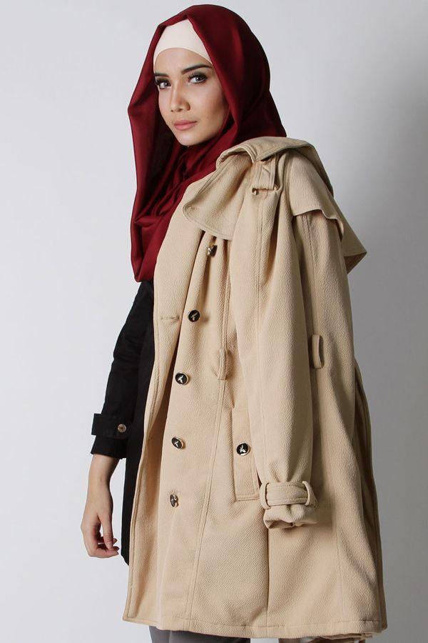 Amber Classic Coat adalah jaket tebal berlengan panjang berbahan polywedges emboss berkualitas dan furring agar kamu lebih nyaman saat dikenakan. Padankan Amber Classic Coat dengan pakaian apapun pasti penampilanmu semakin edgy dan modis.