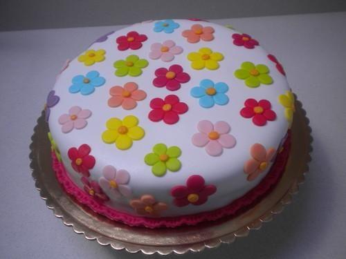 Como fazer massa elástica para flores. A decoração de bolos está cada vez mais na moda. Seja com figuras animadas, com enfeites alusivos ao dia-a-dia, com corações, flores, enfim... Tudo é possível com um pouco de imaginação, umas mãos hab...
