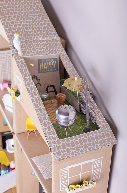 Desde bien pequeñita, siempre me han encantado las casitas de muñecas y vaya sorpresa nos hemos encontrado en el blog Hello Kiddo, en el que tienen una fabulosa, estupenda, alucinante y asombrosa casa de muñecas con toda clase de detalles. ¡Y todo hecho con materiales reciclados y cosas que todos podemos tener en casa!. Son …