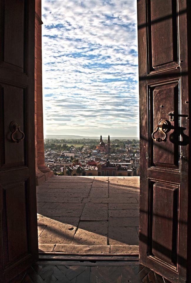 Puerta de la parroquia del calvario con vista a la parroquia de la asunción, Lagos de Moreno Jalisco México