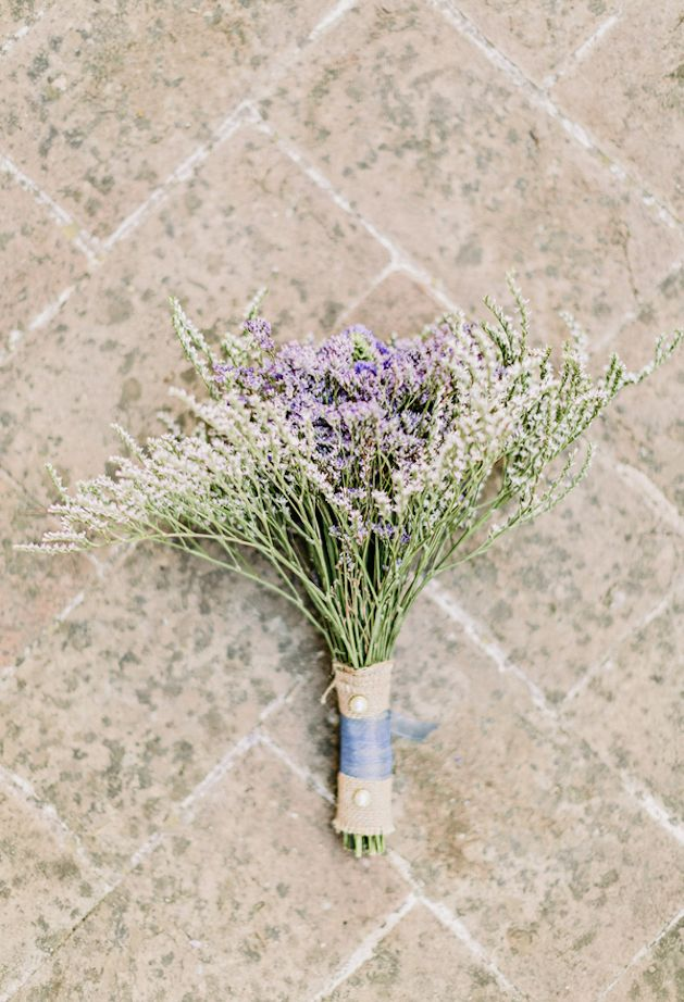 rustic, burlap wrapped bouquet | Facibeni Fotografia | Bridal Musings Wedding Blog