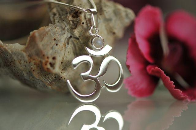 Mystical sound AUM silvere pendant with moon stone | Mystický zvuk AUM s měsíčním kamenem