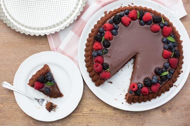 La crostata morbida al cioccolato viene realizzata nello stampo furbo proprio per avere una leggera conca che contiene una golosa ganache!