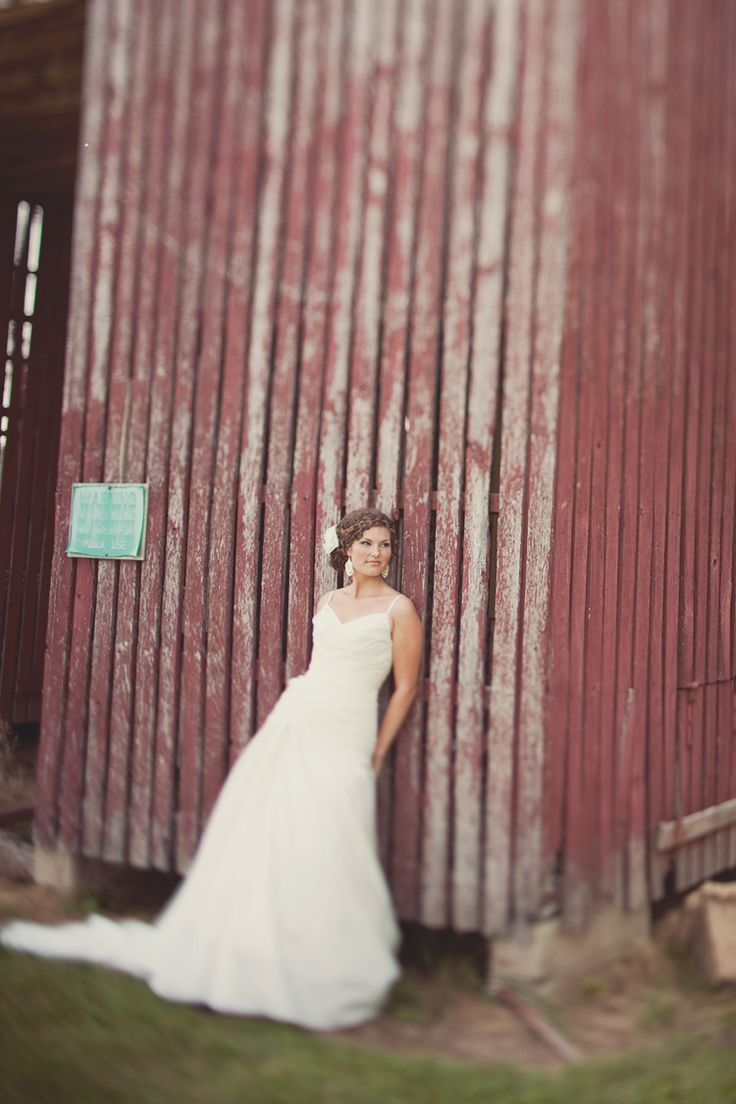 Rustic #bridal portrait idea# Barn wedding photo - could be interesting on the side of our silver barn