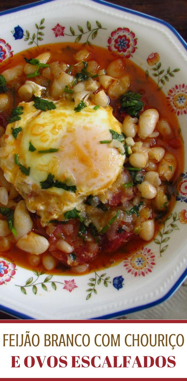 Feijão branco com chouriço e ovos escalfados | Food From Portugal. Pretende preparar uma refeição bastante nutritiva e saborosa? Temos a solução perfeita para si, feijão branco com chouriço e ovos escalfados. Experimente!! #feijão #receita #ovo #chouriço