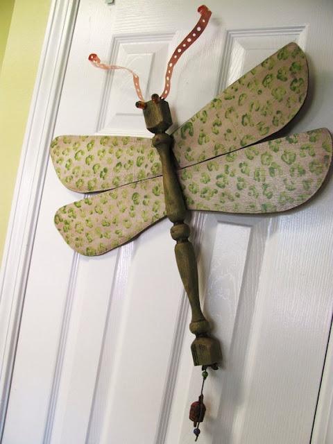 Misture pernas de mesa, pás de ventilador e pedaços de metal e madeira e faça lindas libélulas, como  as de Lucy que estão à venda na loja da Etsy.