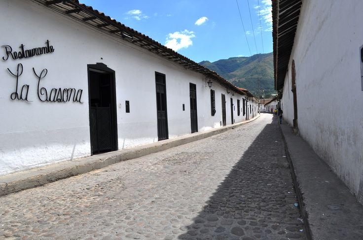 Colombia - Calle empedrada de San Juan de Giròn, Santander.
