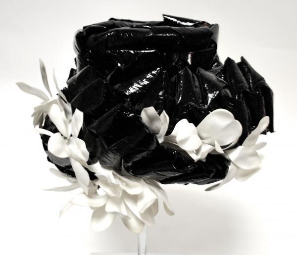 166 rose valois paris circa 1950 chapeau de forme chemin e en raphia lustr noir turbans. Black Bedroom Furniture Sets. Home Design Ideas