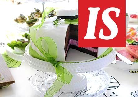 Ylioppilaan suklaa-vadelmamoussekakku kruunaa juhlatarjoilut. Vadelma- ja suklaamousse tekevät kakusta täydellisen makunautinnon.