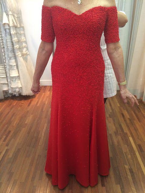 No caso dessa cliente o casamento foi na praia, de dia, ao ar livre, mas a ocasião permitia um tom forte e vibrante como o vermelho. Mas não tem muita regra em relação ao que vestir, o que cai bem sempre é a melhor opção (por isso o sob medida é um ótimo investimento no sentido de ter um vestido ideal para o seu corpo).  Post no blog NOIVAS:http://www.estherbaumanblog.com.br/2018/01/maes-dos-noivos-vestido-vermelho.html