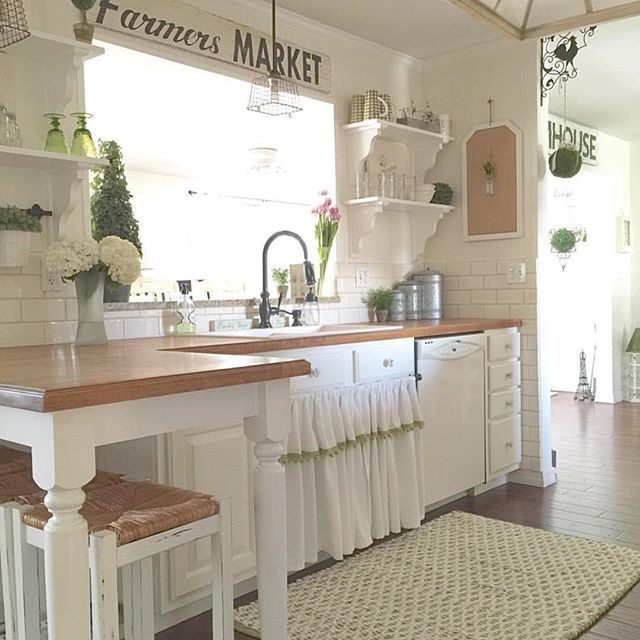 This most amazing kitchen belongs to my dear friend Terri from @simplyfrenchmarket I just love the farmhouse feel she has created!! Head over to her page for lots more inspiration!!! #onetofollow #farmhouse #farmhousestyle #farmhousekitchen #homedecor