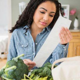 In tempi di crisi, è possibile fare una spesa sana risparmiando. Qui alcune astuzie per spendere meno e mangiar bene data-pin-do=
