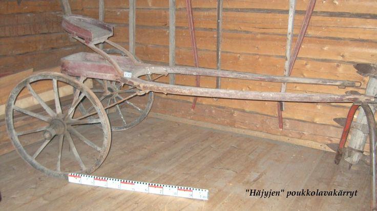 """""""Häjyjen"""" poukkolavakärryt, käytettiin hevosella kilpaa ajettaessa. Alahärmän kotiseutumuseo."""