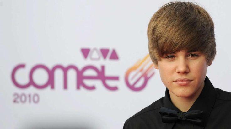 """Mit dieser Frisur wurde er berühmt: Justin Bieber 2010. Musik-Star Usher nimmt den kleinen Bieber 2008 unter seine Fittiche und macht ihn zum größten Teenie-Star aller Zeiten. Geschätztes Vermögen 2014: Rund 80 Millionen Dollar! Platz 1 der """"Forbes""""-Liste der unter 30-jährigen. Seine drei Alben landeten alle an der Spitze der US-Charts. http://www.bild.de/unterhaltung/leute/justin-bieber/wird-heute-21-seine-skandale-liebschaften-looks-39978352.bild.html"""
