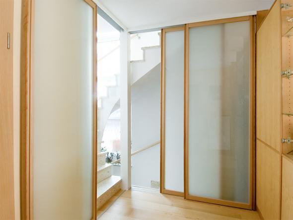 Kein Platz für normale Türen? Nischen sinnvoll nutzen? Flexible Wände zwischen Küchen und Essbereichen? Türen und Elemente zum Schieben bieten sich an. Sie lassen sich nach Maß fertigen und vielfältig einsetzen. ZUHAUSE WOHNEN zeigt Einrichtungsbeispiele, ausgefeilte Technik und vor allem individuelles Design.