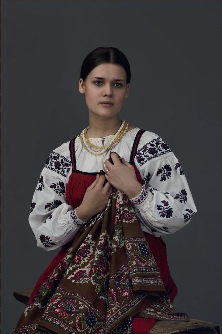 The girl in the everyday costume of the Moscow province, late 19th - early 20th centuries. Photo by D. Davydov