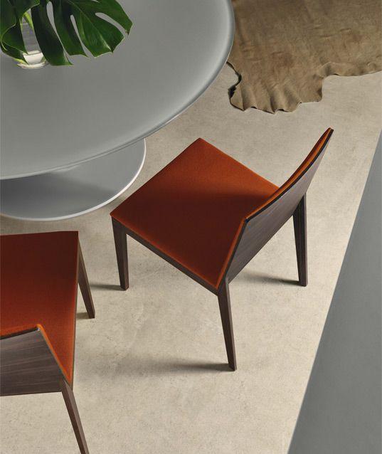 Sedia con struttura in legno. Sedile e schienale in legno curvato imbottiti in poliuretano a densità differenziata e rivestito in tessuto, pelle o ecopelle.