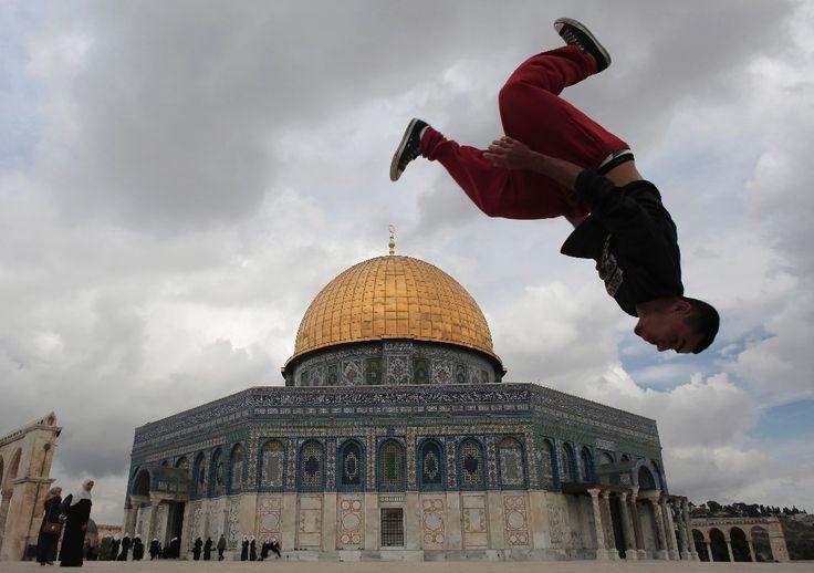 Un joven palestino hace 'parkour' frente a la Cúpula de la Roca, en la ciudad vieja de Jerusalén, el 27 de octubre de 2015. La Explanada de las M...