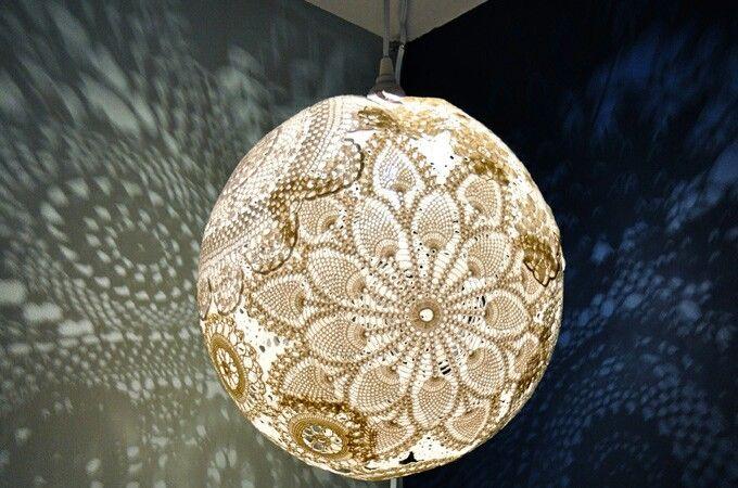 Lamp van kanten kleedjes