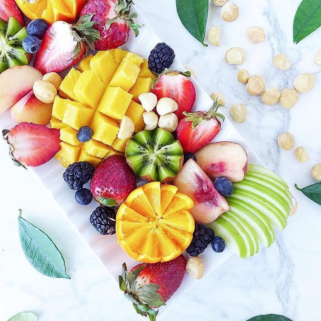 Ahhh how gorgeous is this fruit platter!! So colorful and healthful!