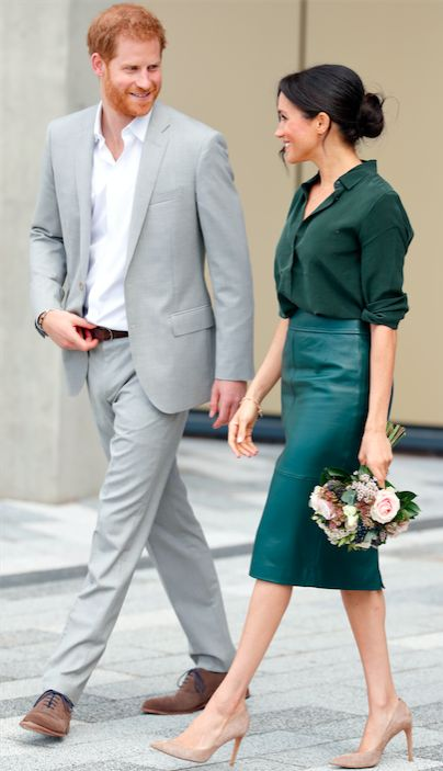 Meghan Markle en chemisier vert avec une jupe crayon en cuir verte et des talons nude  – Elegance is an atitude!