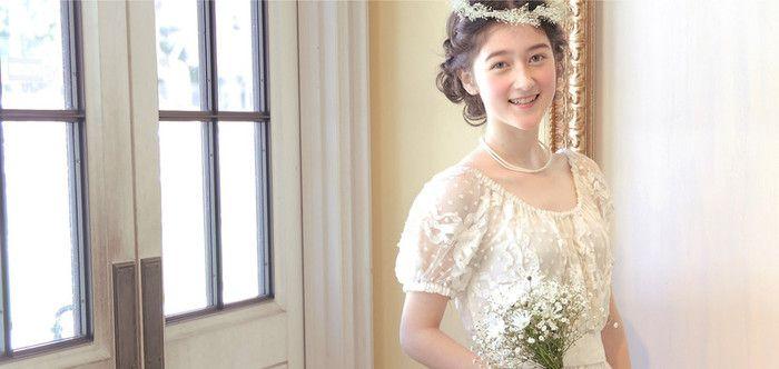 ナチュラルなカラーとシルエットのドレスは、かわいらしい結婚式を行いたい人にぴったり。