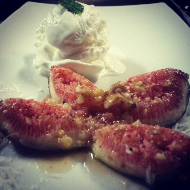 Roasted figs with ginger honey and spices, pecans and coconut ice cream  #cookingclass  Check the recipe in my blog!