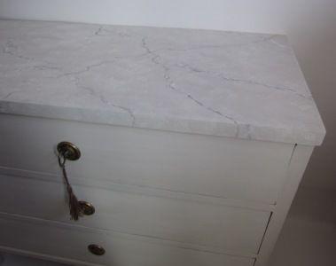 1800-tals byrå i Gustaviansk stil med marmorerad toppskiva. Gustavian chest of drawers.