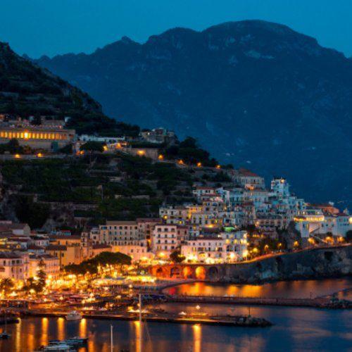De Amalfikust, waar sierlijke wijnranken, ruige rotsen en lieflijke bloemen bijna symbool lijken te staan voor de veelzijdigheid van de Italianen, behoort tot een van de mooiste kustlijnen ter wereld. Laat de charme van de Amalfikust over je heen komen, terwijl je langs parels in de buurt toert en de warme zeewind door je haren waait. De authentieke dorpjes, het mediterrane klimaat én de heerlijke Italiaanse specialiteiten toveren gegarandeerd een glimlach op je zongebruinde gezicht.