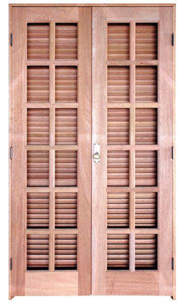 Porta de madeira de 4 folhas e abertura comum.          Casa