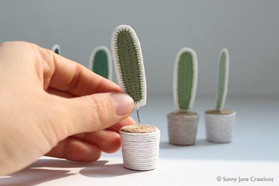 Bienvenido a SunnyJuneCreations!  Este bote de adorable y único bordado mini cactus aligerará definitivamente hasta su casa u oficina! Esta maceta de cactus es divertido porque puede comprar pins de la planta adicional y cambiarlo cada día según tus gustos!   Elegir el color de los cactus y el bote para hacer su maceta de cactus muy propio!  -Cactus: Verde oscuro, verde azulado, verde peapod, verde, verde claro. -Maceta: 16 colores   Hacer estos bordados pins muy atento con mi máquina de…