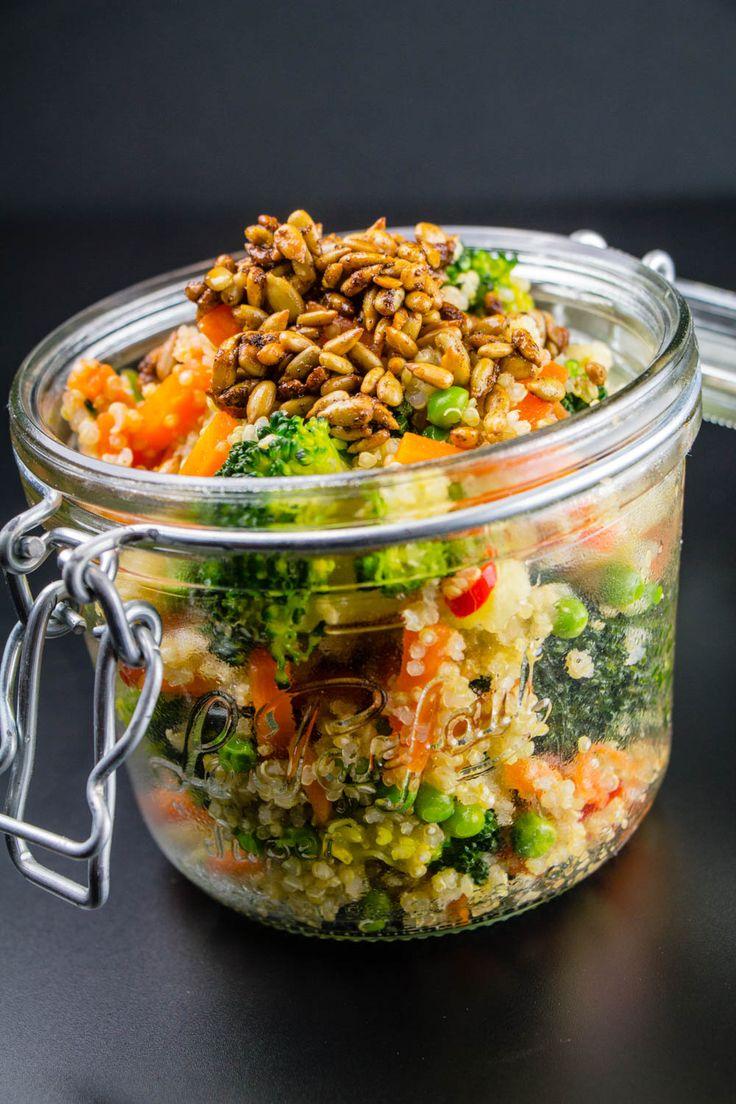 Salade de quinoa à emporter: 200 g de graines de quinoa 1 tête de brocoli 3 carottes 90 g de petits pois surgelés 1 petit oignon nouveau 1 petit piment rouge piquant 4 CS d'huile d'olive 1 CS menthe fraîche hachée 1 CS de jus de citron 30 g de graines de tournesol 1 cc de curry 1 cc de sirop d'agave sel & poivre - VÉGÉTARIEN