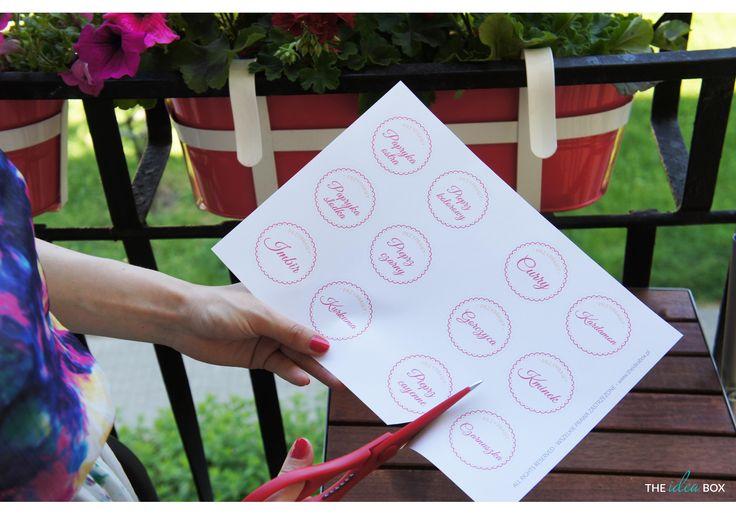Wystarczą nożyczki i papier samoprzylepny i Twoje przyprawy mogą zostać zorganizowane. Męczy Cię stos torebeczek? IKEA + The Idea Box to Twoje rozwiązanie!