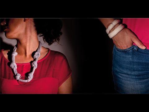 Penelope, collana e bracciale in cachemire e vetro borosilicato. Cachemire and glass necklace and bracelet. Design: Sara Guasticchi.  Avvolgenti collane e bracciali in cachemire, infilati nel passante di un'affascinante bolla di vetro borosilicato soffiato. L'essenza dell'eleganza con gusto e semplicità. Ti consigliamo di ascoltare: Count Basie, whirly-bird. Accessori moda donna. Woman fashion accessories.