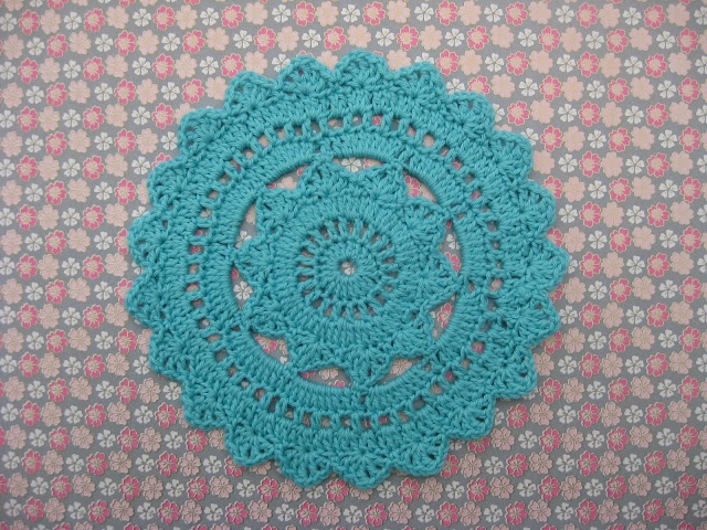 Hipster doily.  English pattern here http://www.crochetspot.com/crochet-pattern-hipster-doily/