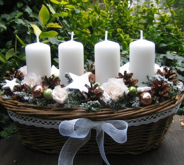 Vánoce něžně Proutěný adventní košík o délce cca 29-30cm doplněný vánočními doplňky, přírodními plody, látkovými růžičkami, bavlněnou krajkou, umělými zasněženými větvičkamia stuhou. Pod svíčkami jsou umístěny plechové bodce. Slouží jako dekorace a je velmi trvanlivá. Tento košíček je již prodaný, mohu vám vytvořit identický, který se může...