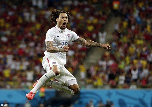 Salto para a alegria Jones pula no ar para celebrar marcando seu primeiro golo da Copa do Mundo