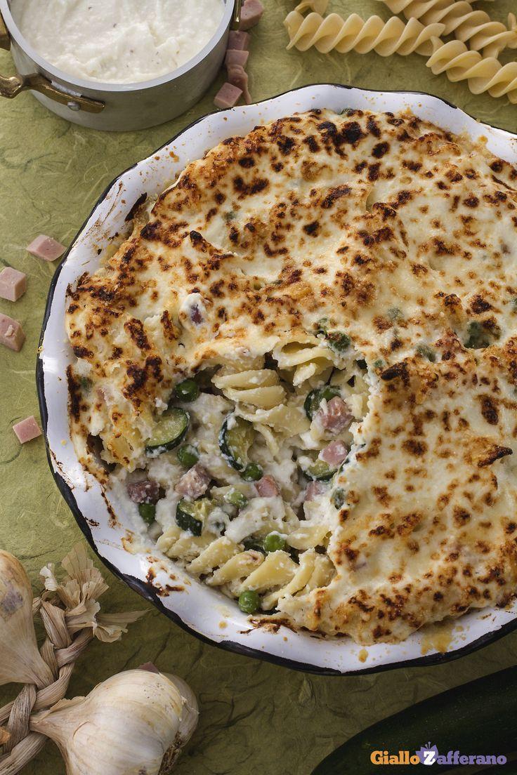 La #pasta al #forno #bianca è il timballo ideale per il pranzo in famiglia, grazie al suo ricco condimento di besciamella, piselli, zucchine, prosciutto. #ricetta #GialloZafferano #italianfood #italianrecipe
