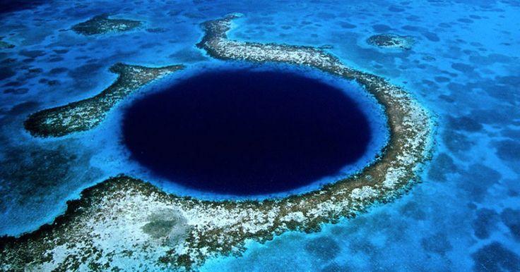 Admirez le Great Blue Hole, cette immense fosse océanique située au Belize qui attire les plongeurs du monde entier. Le Grand Trou Bleu est ce qu'on appelle un cénote sous-marin, un gouffre formé par l'érosion de roches solubles – ici, du calcaire -, et rempli d'eau. Située au large de la côte du Belize, pays d'Amérique centrale