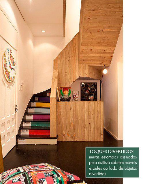 du lambris en-dessous des escalier et en guise de garde-corps, et des couleurs avec leur numéro pantone sur les contremarches. Un coup à faire si escalier il y a dans une agence de graphisme ?