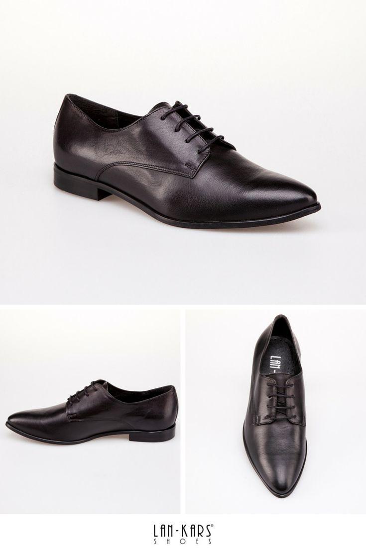 Czarne sznurowane półbuty z noskiem w szpic wykonane z czarnej skóry licowej. Zobacz więcej na: http://lan-kars.com/p/149-polbuty