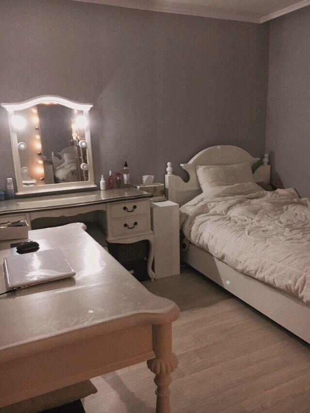 @@페북에불펌해가지마세요 봤습니다@@ 화이트 방 꾸미기. 침대랑 책꽃이 페인트칠 완료! 맘에든당♥ #방 #인테리어 #페인트 #셀프 #꾸미기 #침대 #화장대 #전신거울