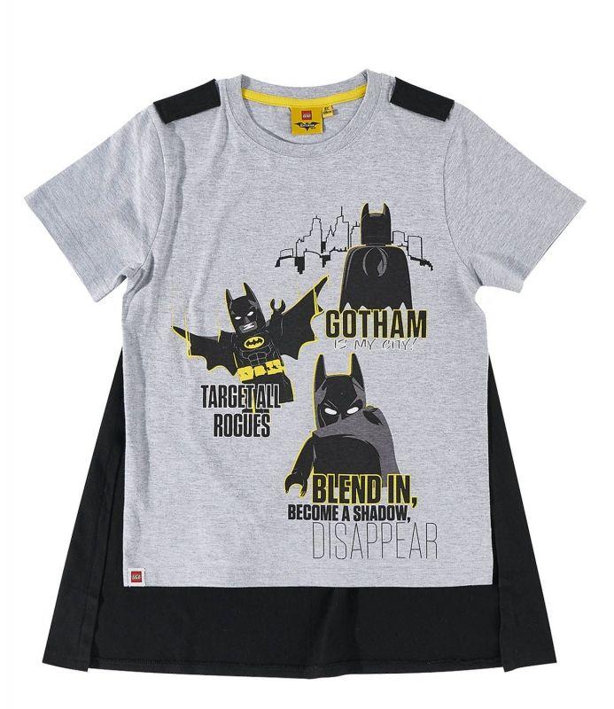Dit t-shirt van Lego Batman heeft een (afneembare) cape, zodat jij deze zomer als een échte Superheld grote avonturen kunt meemaken. Er staat een opdruk op de voorkant van Batman. Je koopt kinderkleding van Lego Batman bij Superhelden-kinderkleding.